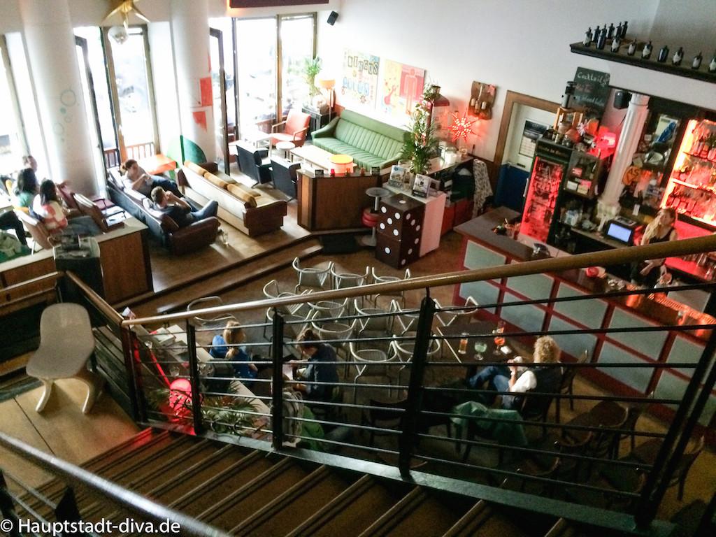 volksbar, berlin bitte, Tatort, Raucher, Baguette, nachos, trinken, bar, Bahnhof, Innenansicht, Leinwand, obere Etage, Übersicht