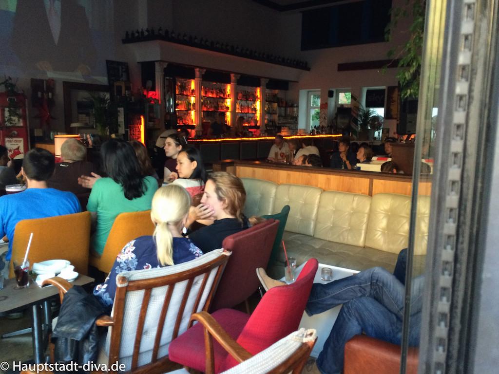 volksbar, berlin bitte, Tatort, Raucher, Baguette, nachos, trinken, bar, Bahnhof, Innenansicht, Leinwand, obere Etage, Übersicht , Plakat, besucher