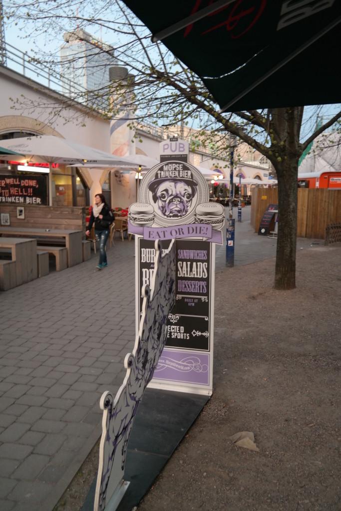 Möpse trinken bier, the pub, bier, burger, berlin mitte, alexanderplatz, kneipe, trinkspiele15