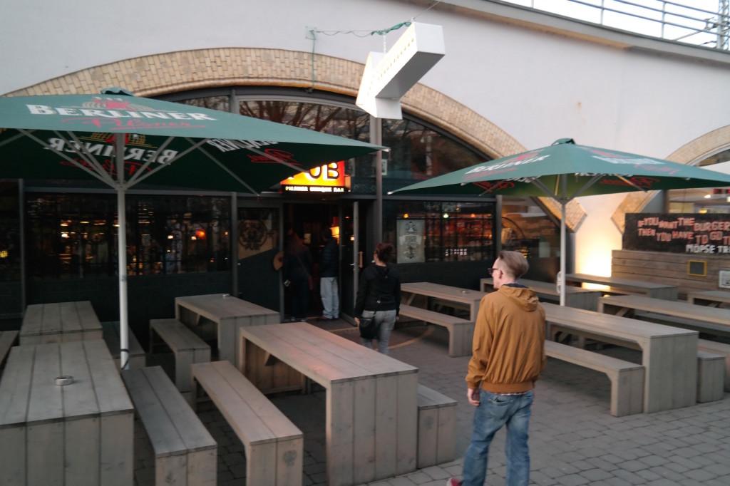 Möpse trinken bier, the pub, bier, burger, berlin mitte, alexanderplatz, kneipe, trinkspiele14