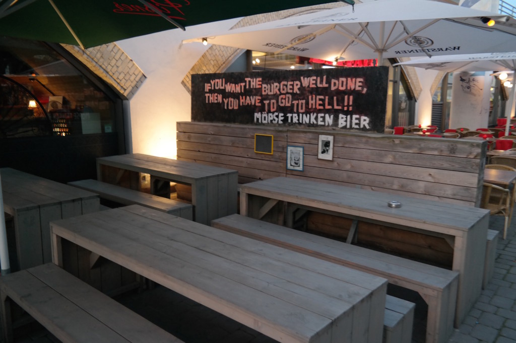 Möpse trinken bier, the pub, bier, burger, berlin mitte, alexanderplatz, kneipe, trinkspiele12
