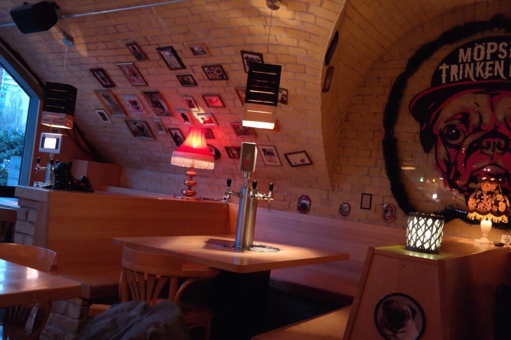 Möpse trinken bier, the pub, bier, burger, berlin mitte, alexanderplatz, kneipe, trinkspiele10