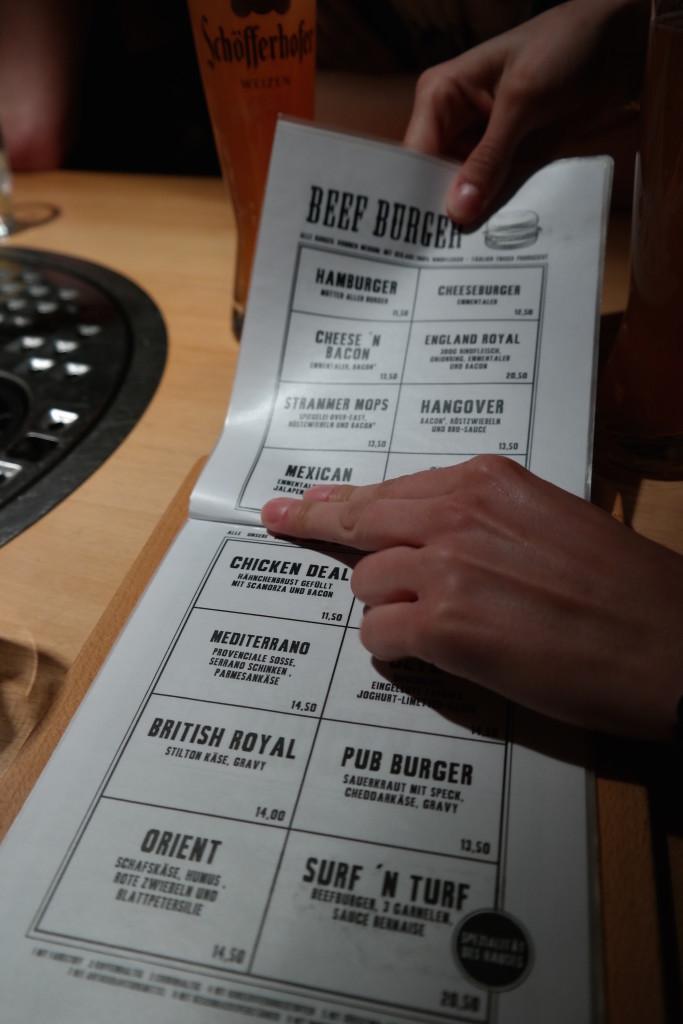 Möpse trinken bier, the pub, bier, burger, berlin mitte, alexanderplatz, kneipe, trinkspiele6