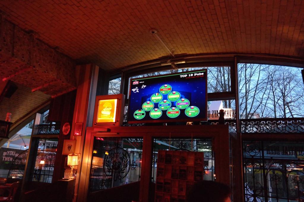 Möpse trinken bier, the pub, bier, burger, berlin mitte, alexanderplatz, kneipe, trinkspiele5 CSC