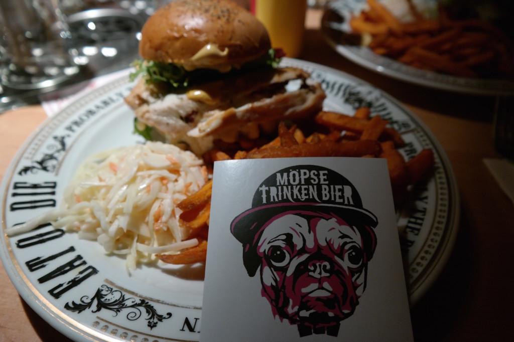 Möpse trinken bier, the pub, bier, burger, berlin mitte, alexanderplatz, kneipe, trinkspiele1